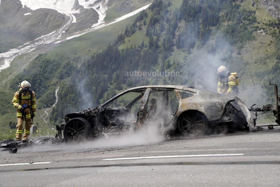 2019-audi-a7-prototype-burns-to-a-crisp-during-tow-testing_24.jpg